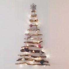 sapin de Noël en bois flotté et décorations faites à la main pour un style original