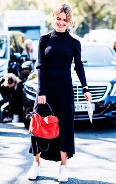 Street style look com vestido azul e tênis.