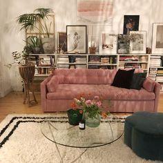 Velvet sofas for a vintage vibe Ikea Billy, Velvet Sofa, Bookcase, Velvet Couch, Shelves, Bookcases, Book Furniture, Bookcase Closet