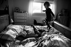 Good tips on documentary family photography, including sessions offered… - Familie - Photography Ideas At Home, Family Portrait Photography, Photography Challenge, Lifestyle Photography, Children Photography, Photography Series, Family Portraits, Home Documentary, Documentary Photography