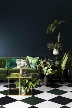Le vert Greenery se fond dans la couleur des plantes que fait ressortir le sol damier noir et blanc en carrelage et le mur bleu pétrole.