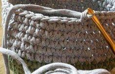 Você já viu esta nova técnica de crochê? É possível usar tiras de camiseta antiga para fazer o fio que será utilizado na peça de artesanato. O crochê fica bem encorpado e é ideal para confeccionar...