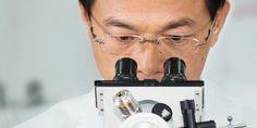 Yan-Der Hsuuw olhando num microscópio