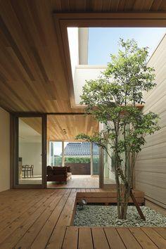 窓を開け放すと、南の庭からリビングへと風が入り、そのまま家のなかを通り抜けていく