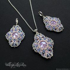 Длинные серьги и кулон из бисера с кристаллами Сваровски фиолетовый -  купить или заказать в интернет-магазине на Ярмарке Мастеров   Комплект  украшений  ... 5dd714a5208