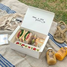 Food baking cooking pastry recipe diy ideas inspo aesthetic picnic bucket list things to do summer cute quotes Comida Picnic, Picnic Date, Picnic Box, Picnic Baskets, Think Food, Cafe Food, Aesthetic Food, Summer Aesthetic, Aesthetic Dark