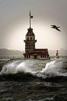 Lodos vardı İstanbulda. Kız Kulesi yine yalnız ama her şeye rağmen dik ve zamana direndi her zaman ki gibi.