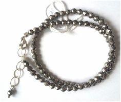 Dubbele armband in zilver-gekleurde ronde hematiet met karabijn slot en verlengkettinkje. Lengte = 17-21 cm