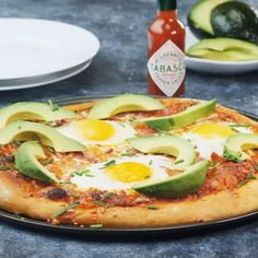 Looks good with tobacco on Avocado Breakfast, Breakfast Pizza, Breakfast Recipes, Spicy Recipes, Diet Recipes, Healthy Recipes, Yummy Snacks, Yummy Food, Vegetable Pizza