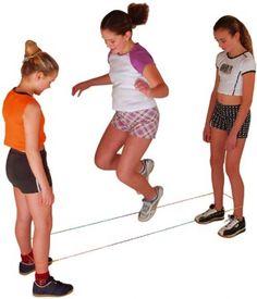 Jouer à l'élastique à la cours de récré, c'était super.... sauf lorsqu'on dépassait le niveau taille!