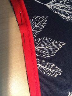 Rien de plus simple que la pose d'un passepoil, il suffit juste de ne pas en avoir peur !! et d'utiliser le pied spécial fermeture éclairTout d'abord, si vous observez bien votre passepoil, vous verrez que vous avez un endroit et un enversSur l'endroit... Sewing Online, Techniques Couture, Sewing Techniques, Couture Sewing, Haberdashery, Diy Fashion, Sewing Projects, Sewing Hacks, Sewing Tips
