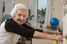 """No ano passado, o fisioterapeuta da australiana Margaret Deas sugeriu que ela comemorasse seu aniversário com um agachamento por ano de vida. """"Você deve estar brincando"""", disse ela, então com 101 anos, para o profissional. Mas Margaret topou o desafio. Treinou cinco vezes por semana para conseguir a proeza. No aniversário, estava pronta para os...<br /><a class=""""more-link""""…"""