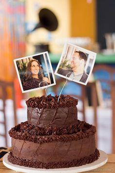 Tendência fofa e econômica do momento: fotos no topo do bolo. Aliás, que bolo lindo, parece delicioso!