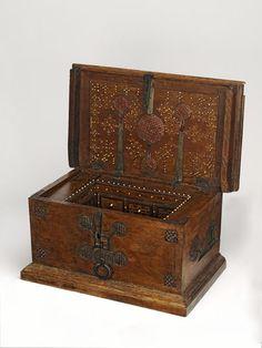 AD 1500 Italian walnut chest with internal drawers (97.3 x 56 x 47.2 cm) - Victoria & Albert Museum 252-1864