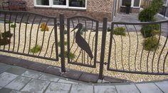 Een ooievaar in uw hekwerk? Natuurlijk kan dat!  Voor deze vrij strak aangelegde tuin hebben we deze speelse omheining ontworpen.  Bij de ooievaar passen natuurlijke lijnen. Daarom hebben we gekozen voor geordendeorganische vormgeving.  Er is gebruik gemaakt van vierkante koker voor het frame. Daarin zijn van strippen de spijlen gebogen. De ooievaar is uit plaatstaal gesneden. Het hekwerk
