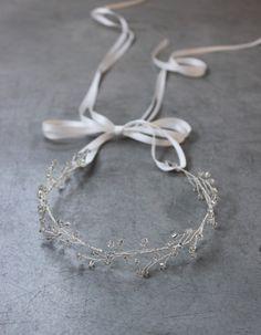 Delikatny wianek zaplatany na wzór drobnych kwiatków gipsówki z przeźroczystych koralików. W połączeniu z welonem daje niezapomniany, romantyczny efekt.* Ręcznie plecione szklane koraliki w dwóch różnych rozmiarach* Wiązana na atłasową wstążkę, na cienki sznureczek lub wpinana na wsuwki* Giętka i plastyczna, doskonale trzyma się we włosach* Dostępna w kolorze przeźroczystym, zaplatana na srebrnym lub złotym druciku. * Długość ozdoby około 30cm* Pakowana w ozdobne pudełko Decolove* Cena bez…