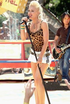 justnodoubt:    Gwen Stefani live at TRL Sounds of Summer, 30th May 2005.