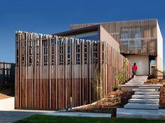 Casa com Fachada de Madeira Vazada. Arquiteto: John Wardle Architects. Fotógrafo: Trevor Mein.