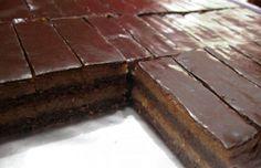 Nejjednodušší NEPEČENÉ řezy | 600 gkr. cukr 20 PL voda 250 g máslo 600 g BEBE tmavé sušenky 600 gmleté vlašské ořechy 100 gtmavá čokoláda 2 lžícekakao Poleva: 1 PL kakao 50 g čokoláda na vaření 1 PL sluneč olej Vodu do hrnce, přidáme kr. cukr a zahřejeme, rozpustíme, nabok a přidáme máslo, nadrcené sušenky a mleté vlašské ořechy, pol hmoty oddělíme, přidáme rozpuštěnou čokoládu a kakao Na dno 1/2 čokoládové hmoty, uhladíme, bledá, čokoládová, bledá. Vrch rozpuštěná čokoláda, ztuhnout No Bake Cake, Ham, Cheesecake, Food And Drink, Vegan, Chocolate, Sweet, Desserts, Crafts
