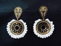 Brinco com base de metal dourado com detalhes e barrado em crochê feito a mão com linha perolada