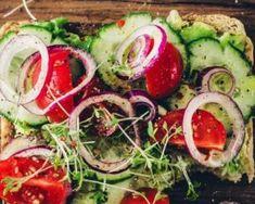 Toast végétarien santé au concombre, tomates et oignons : http://www.fourchette-et-bikini.fr/recettes/recettes-minceur/toast-vegetarien-sante-au-concombre-tomates-et-oignons.html