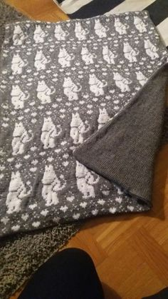 Stickad filt med mumintrollet Made by Anne-Lie Bäcker Fast Crochet, Learn To Crochet, Beginner Crochet Projects, Crochet For Beginners, Baby Knitting Patterns, Crochet Patterns, Make And Do Crew, Lion Brand Wool Ease, Crochet Slippers