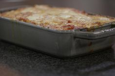 Deze klassieke ovenschotel met pasta heeft best wat tijd nodig om te garen, maar is het wachten waard. De groenten gaan vooraf even in de grillpan, wat zorgt voor extra smaak. Dit gerecht is ook geschikt voor wie vegetarisch eet.