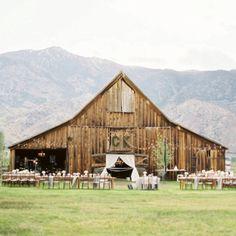 Barn wedding - Hoe geweldig is het om te trouwen in een oude schuur! Met een relaxte sfeer, vleugje vintage, diner aan lange tafels en lampjes aan de hanenbalken. Geweldig toch?! Kijk verder op www.ninaweddings.nl #weddingplanner