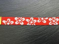 Tejidas a mano Miyuki semilla grano pixel pulsera de flores rojo y grandes en blanco. Hecho con rocallas de Miyuki 11/0. Longitud: 16,5 cm (6,29) con un 5 cm (1,96) extensión. Ancho: 2 cm (0,79) También disponible en púrpura (ver foto) o cualquier otro color de fondo a petición.