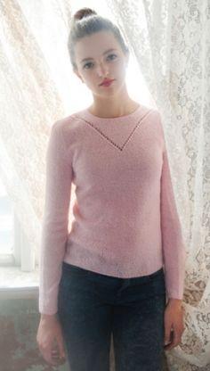 Strikkeopskrift på elegant bluse   Fin kombination af teknik og farve   Strikket bluse med søde detaljer   Håndarbejde