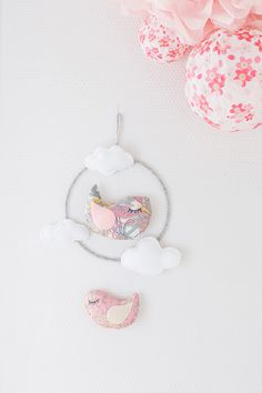 The mobile can be defined as moving sculpture. Early mobiles did not necessarily move, as do most crib mobiles today. The modern crib mobile is… Dreams Catcher, Felt Crafts, Diy And Crafts, Mobiles, Diy Bebe, Baby Crib Mobile, Fabric Birds, Couture Sewing, Baby Decor