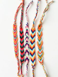 DIY: Friendships bracelets - www.nl - DIY: Friendships bracelets – www. Summer Bracelets, Cute Bracelets, Ankle Bracelets, Toe Ring Designs, Anklet Designs, Friendship Bracelets Designs, Bracelet Designs, Thread Bracelets, Beaded Bracelets