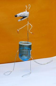 Canguro, estructura inicial: alambre, botella plástica, diario, cinta de papel