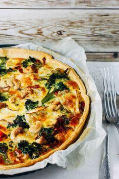 Quiche met broccoli en briehttps://debsbakerykitchen.nl/2017/01/13/quiche-met-broccoli-paprika-en-cashewnoten/ #recept #broccoli #quiche #vegetarisch #brie