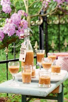 Karamel-roomlikeur / Ingrediënten voor circa 2 flessen: ♥ 200 g zachte karamelfudge (bijv. Lonka) ♥ 200 ml slagroom ♥ 500 ml wodka Hak ca. 200 g zachte karamelfudge (bijv.Lonka) fijn. Breng 200 ml slagroom aan de kook, voeg de karamelfudge toe en kook tot de fudge is opgelost. Laat ca.10 minuten afkoelen. Roer er ca. 500 ml wodka doorheen. Vul de flessen met het mengsel en laat afkoelen. Serveer gekoeld met ijs. Koel en donker ca. 4 weken houdbaar. Cocktail Party Food, Cocktail Drinks, Cold Drinks, Alcoholic Drinks, Beverages, Homemade Alcohol, Homemade Liquor, Smoothie Drinks, Smoothies