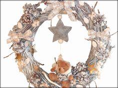 Couronne Thaïs : bois, pommes de pin, peluche, étoiles. En vente sur : http://www.alittlemarket.com/accessoires-de-maison/couronne_de_noel_thais-2008800.html