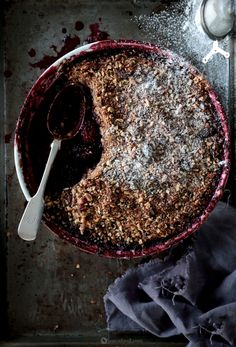 Dark chocolate and forest berries are a match made in heaven in this easy fruit crumble recipe. Dairy, grain and refined sugar free, paleo & vegan. Gluten Free Crumble, Vegan Crumble, Raspberry Crumble, Fruit Crumble, Crumble Recipe, Paleo Vegan, Healthy Vegan Desserts, Healthy Sweet Treats, Healthy Dessert Recipes