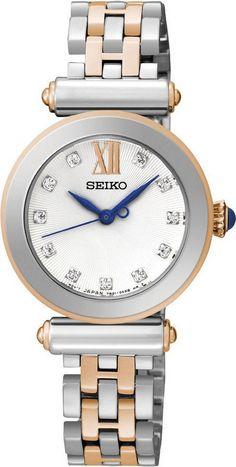 Seiko Dameshorloge SRZ400P1. Kaliber 7N01. Een klassiek model zilver- en goudkleurig horloge. Het horloge heeft een zilverkleurige kast en een mooie Carbochon knop. Dit model weegt 58 gram, heeft Hardlex glas en is 50 meter waterdicht. In de wijzerplaat zitten Swarovski zirkonia's verwerkt. Elegant en modieus ontwerp, geschikt voor alle gelegenheden. Dit horloge bevat géén datum-aanduiding. https://www.timefortrends.nl/horloges/seiko.html