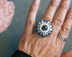 Makramee Schmuck und Häkelschmuck by von crochetjewelsetsy auf Etsy Crochet Rings, Schmuck Design, Making Ideas, Creative, Gemstone Rings, Jewelry Making, Gemstones, Etsy, Keys