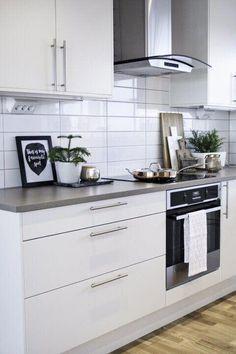How to put your kitchen credenza? Ikea Kitchen, Kitchen Cupboards, Kitchen Tiles, Kitchen Furniture, Kitchen Interior, Kitchen Decor, Estilo Shaker, Interior Exterior, Interior Design