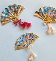 "How to make miniature fans. (Do a search for ""diy feather fans"" if you want a feather version. Miniature Crafts, Miniature Dolls, Dollhouse Dolls, Dollhouse Miniatures, Dollhouse Tutorials, Paper Crafts, Diy Crafts, Barbie Accessories, Mini Things"