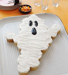 No gross halloween food here! Ghostly Goodies: Transform a batch of cupcakes into a simple-to-serve specter. Arrange the cakes as shown, use an offset spatula to spread the frosting into a smooth layer, and add facial features with black decorator gel. Halloween Desserts, Halloween Cupcakes, Fröhliches Halloween, Halloween Goodies, Halloween Treats, Halloween Birthday Cakes, Easy Halloween Cakes, Halloween Smash Cake, Halloween Labels
