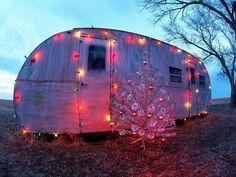 Vintage camper with Christmas lights and vintage silver tree. Vintage Caravans, Vintage Travel Trailers, Vintage Campers, Vintage Rv, Vintage Silver, Caravan Vintage, Vintage Homes, Vintage Beauty, Teardrop Trailer