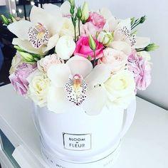 A stunning and rather unusual hat box arrangement from Bloom de Fleur, what a unique design! Flower Arrangement Designs, Beautiful Flower Arrangements, Flower Designs, Floral Arrangements, Flower Box Gift, Flower Boxes, Deco Floral, Arte Floral, Floral Design