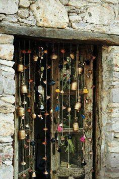 bastelideen selber machen dekoideen DIY IDeen bommel troddel glocken When considering to master bedroom design Cortina Boho, Boho Home, Gypsy Home, Beaded Curtains, Gypsy Curtains, Bohemian Decor, Modern Bohemian, Bohemian Crafts, Bohemian Patio