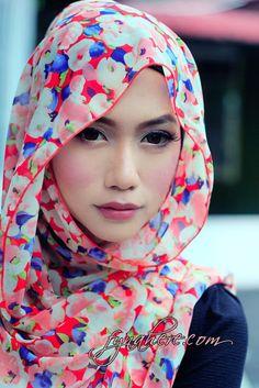 Fyna Here Hijabi fashion. Fresh. Floral hijab