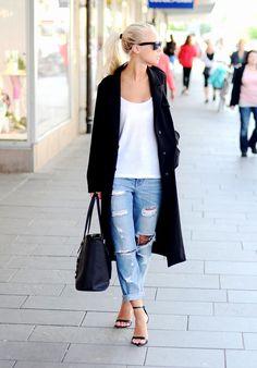 Black coat white t-shirt & blue denim pants I street style #fashion