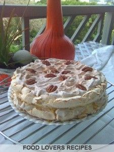 MERINGUEKOEK Cold Desserts, Holiday Desserts, Delicious Desserts, Homade Cake Recipe, Kos, Sweet Recipes, Cake Recipes, Meringue Cake, Sweet Pastries