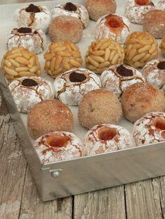 Los 'panellets' datan del siglo XVIII.. Se elaboran con una masa dulce hecha con azúcar, almendra cruda molida, huevo y ralladura de limón, para que tenga una textura más esponjosa. Por el exterior se recubren con clara de huevo, que hace de adherente para colocar una capa de piñones. El conjunto se hornea y se deja enfriar. Actualmente existe una amplia gama de panellets: de coco, chocolate, café, membrillo, etcétera.