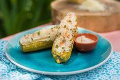 Toda vez que posto no Instagram ou Snap vocês me pedem essa receita de milho mexicano! É engraçado como uma coisa tão simples pode ganhar um sabor totalmente diferente com alguns toques! Gui ainda trouxe um toque delicioso, que simula o defumado da churrasqueira, modo de preparo tradicional da receita. Vem ver: Ingredientes 4 espigas …